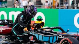 """""""Mercedes"""" pēdējā cerība - Hamiltonam startā jāapdzen Verstapens"""