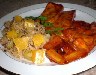 Seleriju plovs ar apelsīniem un tofu saldskābajā ananāsu glazūrā