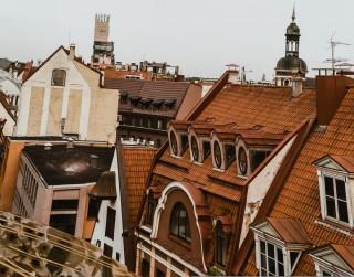 """Vecrīgas jumtu ainavas Ineses Kalniņas fotogrāfiju izstādē """"Pār–Rīga"""""""