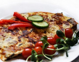 Brokastīs biezā omlete ar šķiņķi