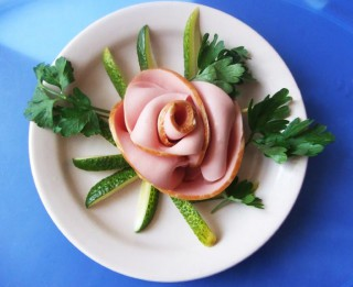 No desas veidota roze svētku galdam