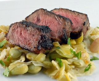Grilēts liellopu filejas steiks ar baltajām pupiņām