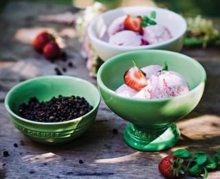 Saldējuma deserts ar melnajiem pipariem un zemenēm