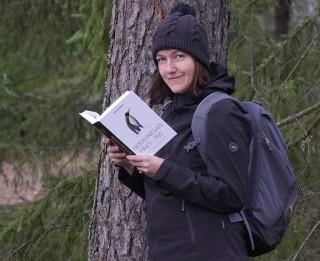 """Iznākusi Zanes Eniņas pirmā grāmata """"Nekaunīgais pingvīns"""""""