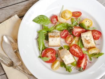 Baltmaizes salāti ar tomātiem un baziliku