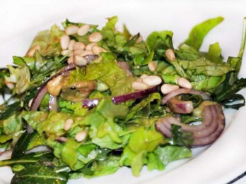 Svaigie salāti ar ciedru riekstiem