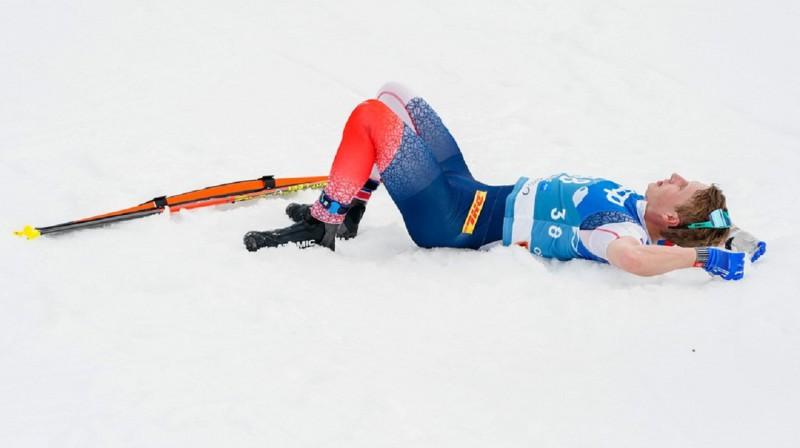 S.H.Krīgeram atliek sarūgtinājumā atlaisties sniegā, jo divas sudraba medaļas šajā čempionātā nav pietiekoši, lai viņam atrastos vieta stafetes komandā. Foto: Terje Pedersen / NTB