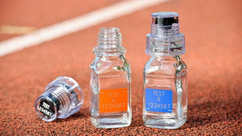 Antidopinga darbinieku izmantotās BEREG-Kit stikla pudelītes. Foto: Berlinger.com