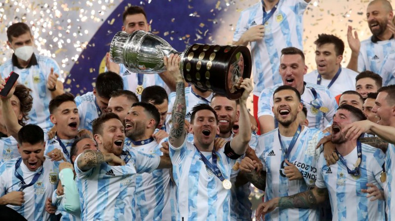 "Lionels Mesi un Argentīnas futbola izlase pēc triumfa ""Copa America"". Foto: Amanda Perobelli/Reuters/Scanpix"