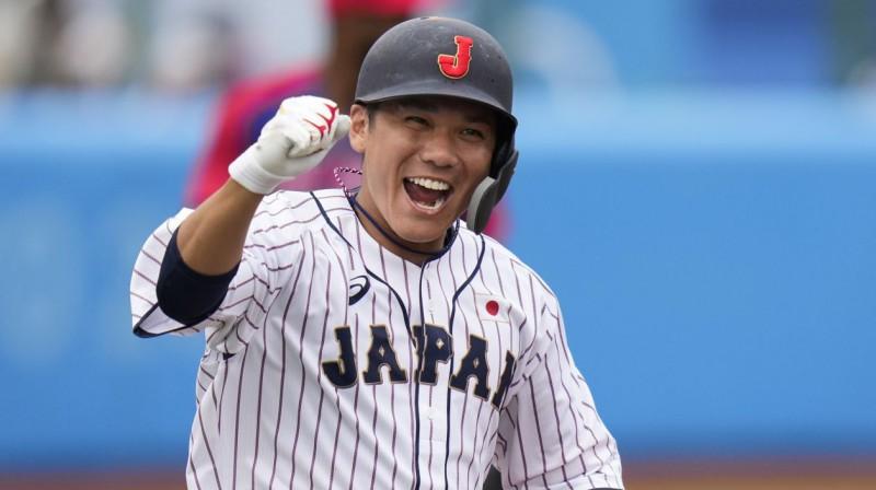 Japānas izlases beisbolists Hajato Sakamoto svin izšķirošā punkta gūšanu. Foto: Jae C. Hong/AP/Scanpix
