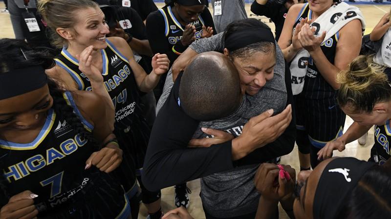 Kendisa Pārkere un Džeimss Veids 2021. gada 6. oktobrī pēc iekļūšanas WNBA finālā. Foto: AP/Scanpix