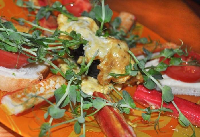 Ceptas krabju nūjiņas ar zirņu dīgstiem un omleti