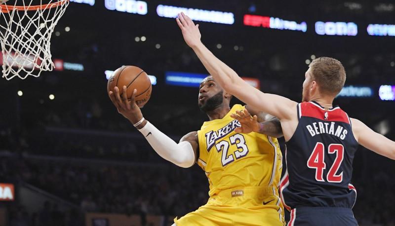 """Bertānam astoņi punkti uzvarā pret čempioni """"Lakers""""; Kurucam 10 minūtes pret """"Bulls"""""""