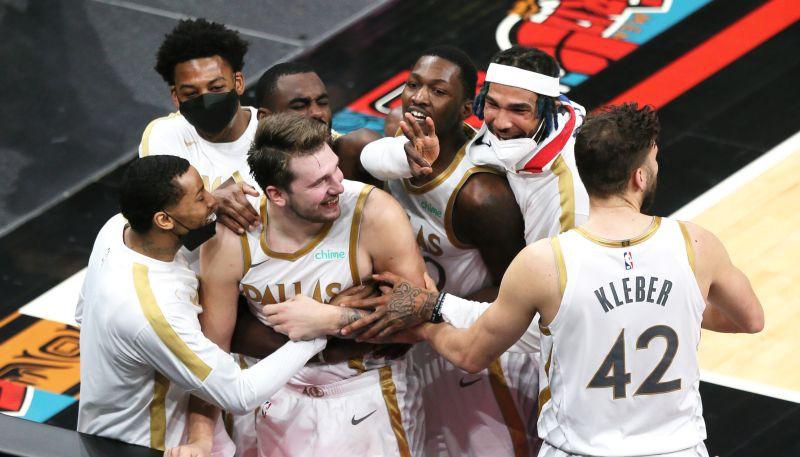 """Porziņģim 21 punkts, Dončičam uzvaras metiens, """"Mavericks"""" pārspēj """"Grizzlies"""""""