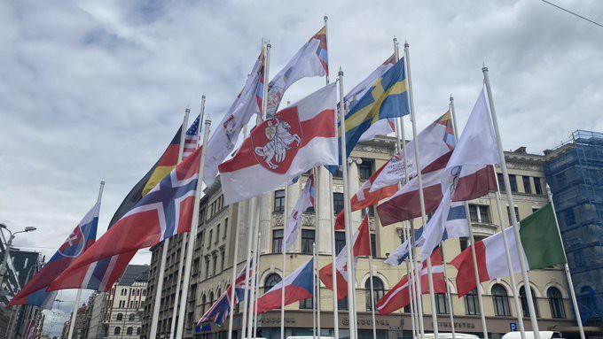 Baltkrievijas karogu Rīgā oficiāli nomaina ar Lukašenko opozicionāru izmantoto