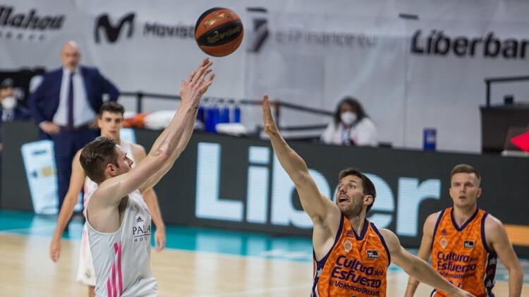 ''Real'' spraigā cīņā pieveic ''Valencia'' un atgriežas ACB finālā