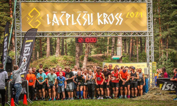 Latvijas čempionātu medaļnieki galvgalī šķēršļu skrējienā ''Lāčplēšu kross'' Mežaparkā