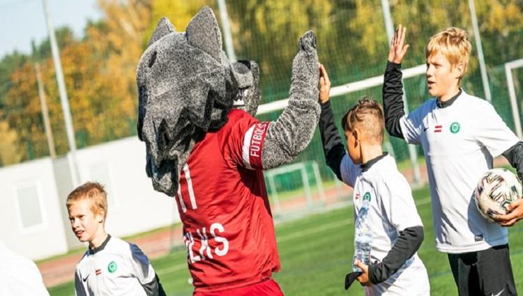 """''Ādas bumbas'' kausus izcīna FS """"Metta"""" un Mārupes SC jaunie futbolisti"""